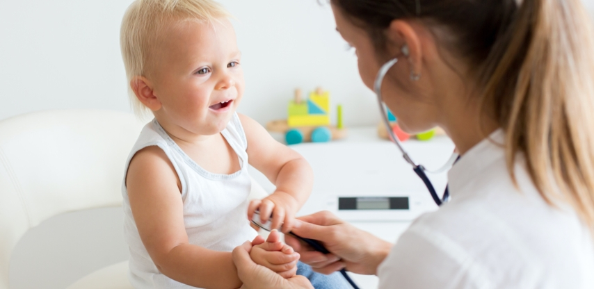 Lääkäri kuuntelee pikkulapsen sydäntä