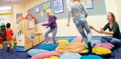 Lapset leikkivät satuhuoneessa