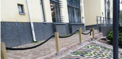 Koulun seinän vierus, jossa näkyy hauskoja ympyräaiheisia istutuselementtejä