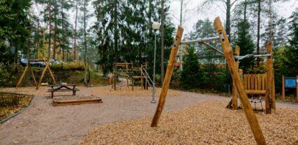 Leikkivälineitä leikkipuistossa