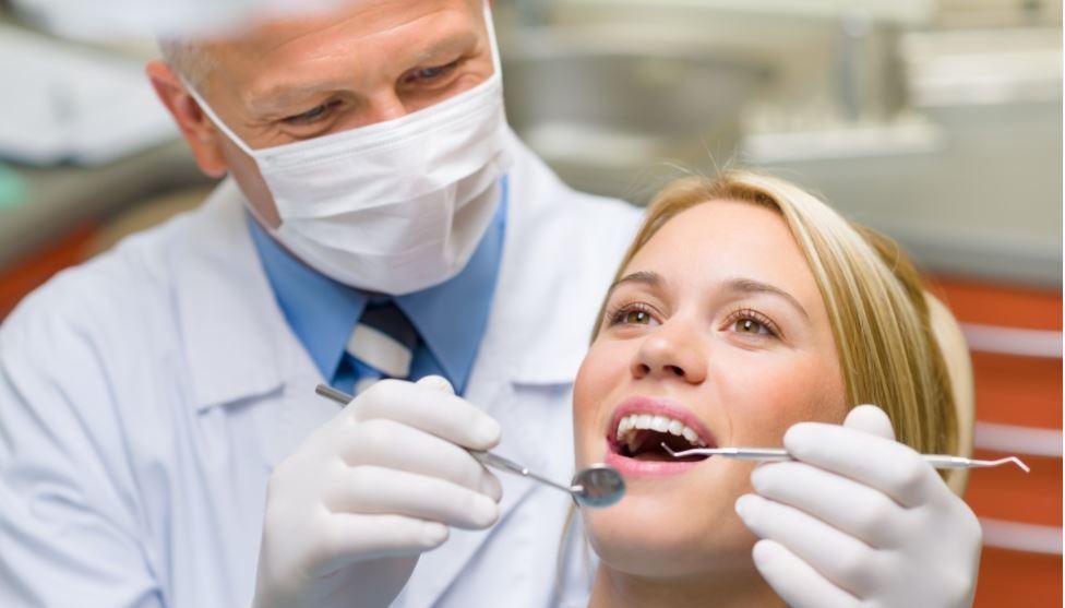 Hammaslääkäri tutkii potilaan hampaita